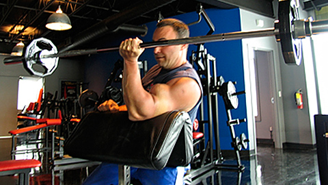 One-Arm Barbell Eccentric Scott Curl 3